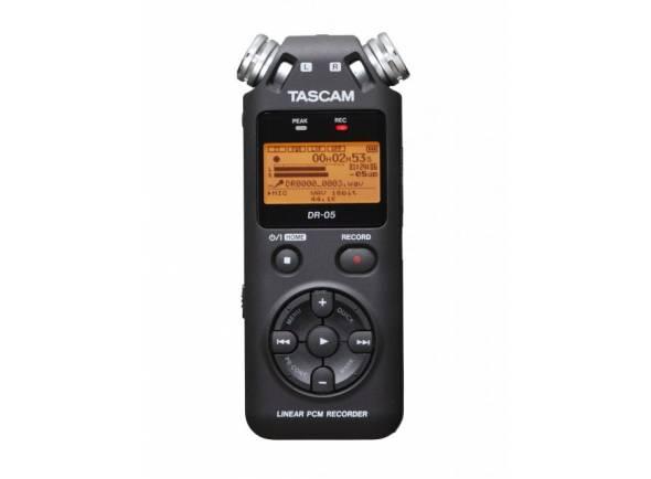 Tascam DR-05 V2  Grava e reproduz de MP3- (até 320 Kb / s) e arquivos WAV (até 24 bit / 44.1 / 48/96 kHz)  Meio de gravação / reprodução: cartão microSD ou cartão microSDHC (até 32 GB)  Dois microfones omnidirecionais incorporados (SPL até 125 dB)  Filtro de corte baixo comutável  A configuração manual dos níveis de gravação e o controle automático de nível são possíveis  Limitador integrado  Função temporizador  Função marcador  Overdub  Efeitos Hall  Exibição retroiluminada  Alto-falante embutido  Microfone / linha de entrada estéreo Mini-jack de 3,5 mm (com fonte de alimentação para um microfone pequeno)  Saída de fone de ouvido / linha  Conector USB 2.0  Alimentado com 2 baterias ou baterias recarregáveis NiMH (tamanho AA), USB ou fonte de alimentação opcional (Tascam PS-P520E - não incluído)  Dimensões (L x A x P): 61 x 141 x 26 mm  Peso: 116 g (sem baterias)  Incl. Cartão Micro-SD de 4 GB  Proteção de vento de pele correspondente: artigo n. ° 260105 (não incluído)